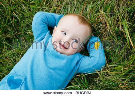kleines Kind auf Wiese - Stockfoto
