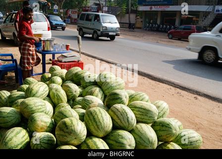 Wassermelonen-Verkauf in National Highway Road Seite von Kerala, Indien - Stockfoto