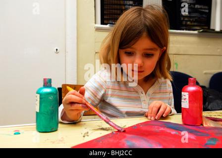 5 Jahre alten Gemälde Bild am Tag der offenen Tür für Kinder im Gemeindezentrum während Semesterhälfte Schule Ferien, - Stockfoto