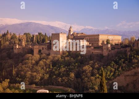 Alhambra-Palast mit Schnee bedeckten Berge der Sierra Nevada in der Ferne, Andalusien, Spanien - Stockfoto