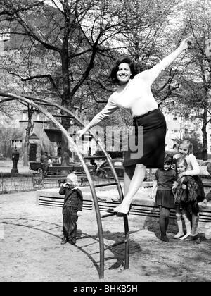 Elsner, Hannelore, * 26.7.1942, deutsche Schauspielerin, volle Länge, an der Monkey Bars, Mai 1965, Additional-Rights - Stockfoto
