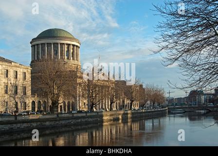 Das Four Courts, Dublin mit Fluss Liffey - Stockfoto