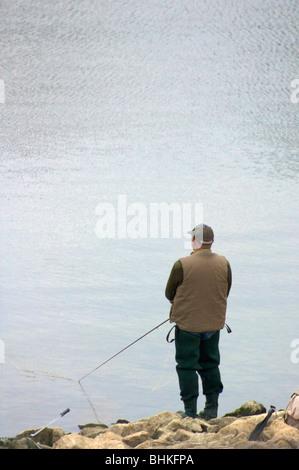 Mann-Fliegenfischen auf Rutland Water in Leicestershire, England - Stockfoto