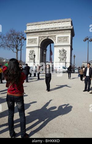 Touristen fotografieren auf dem Arc de Triomphe, Paris, Frankreich - Stockfoto