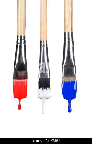 Eine Reihe von tropfenden Pinsel mit roten, weißen und blauen Farbe fallen aus den Borsten. - Stockfoto