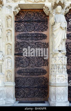 Tür zur Kathedrale Notre Dame de Paris, Paris, Frankreich - Stockfoto