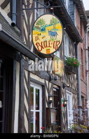 Beuvron-En-Auge, Normandie, Frankreich. Melden Sie außen typischen Fachwerk-Gasthaus. - Stockfoto