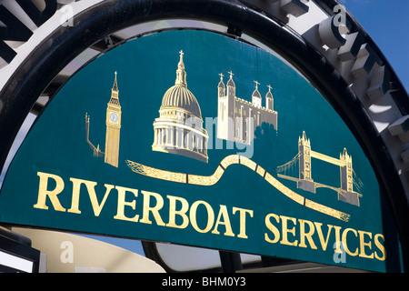 London, Greater London, England. Thames Riverboat Dienstleistungen Schild über dem Eingang zur London Bridge City - Stockfoto