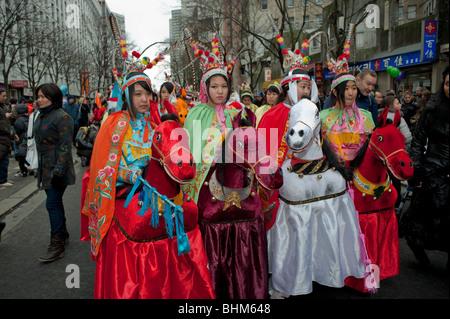 Paris, Frankreich, Gruppe Freunde, die chinesischen Frauen gekleidet ...