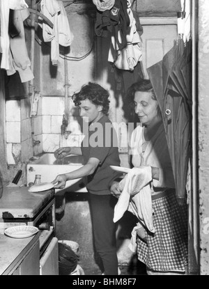 Slum Wohnung im Londoner East End, 1965. Künstler: EH Emanuel - Stockfoto