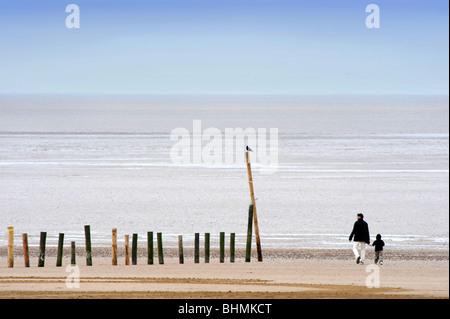 Ein Vater und der junge Junge am Strand von Weston Super Mare Somerset UK - Stockfoto