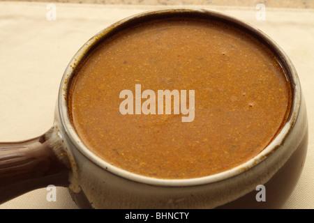 Würzige hausgemachte Suppe in einem Topf - Stockfoto
