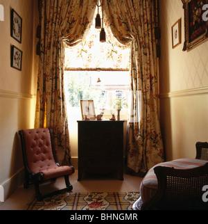 volle swagged vorhnge am fenster in der ecke des traditionellen wohnzimmer mit knopf rckseite antiken - Gotische Himmelbettvorhnge