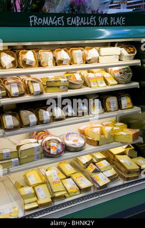 Eine Anzeige von frischem Käse / Käse in einem französischen Supermarkt. Frankreich. - Stockfoto