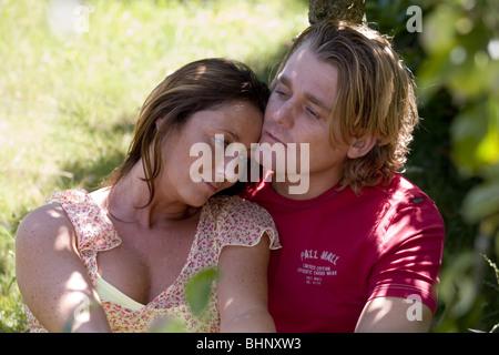 Porträt eines traurig aussehende Paares betrachten und beruhigende einander außerhalb. SerieCVS348533 - Stockfoto
