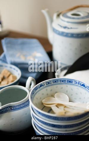 chinesischer tee mit blau teekanne zwei teetassen mit oolong tee und ein blau wei es porzellan. Black Bedroom Furniture Sets. Home Design Ideas