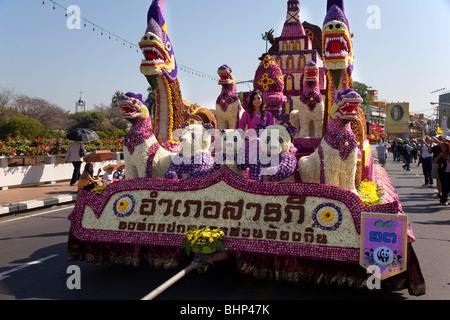 Blumenschau, antike und moderne Floristik bunt dekoriert mit Blumen, Umzug mit Wagen mit bunten Blumen; 34 Chiang - Stockfoto