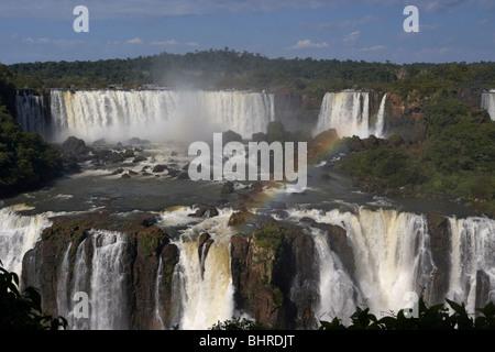 Iguazu Wasserfälle und San Martin Insel gesehen von der brasilianischen Seite des Iguaçu Nationalpark, Parana, Brasilien, - Stockfoto