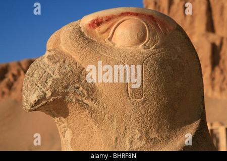 Statue des Horus in der Leichenhalle Tempel der Hatschepsut in Deir el-Bahri in der Nähe von Luxor, Ägypten - Stockfoto