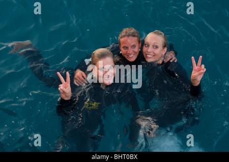 Drei glückliche Schwimmer aus der Schweiz in Neoprenanzüge auf das Great Barrier Reef in Queensland - Stockfoto