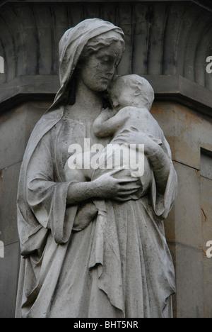 """Die Figur des """"Charity"""" stehen außerhalb des John Houldsworth Mausoleums in der Nekropole in Glasgow. - Stockfoto"""