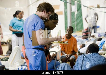 Patienten erhalten medizinischen Versorgung in Miami University Feldlazarett nach einem 7.0 Mw Erdbeben Haiti am - Stockfoto