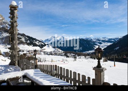 Blick über das Resort von Colfosco mit Corvara in der Ferne, Sella Ronda Skigebiet Alta Badia, Dolomiten, Italien - Stockfoto