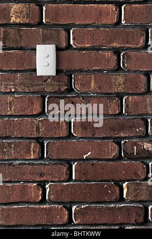 Grunge Stil Ziegelmauer zeigt viel Textur mit einem doppelten Lichtschalter drauf. - Stockfoto