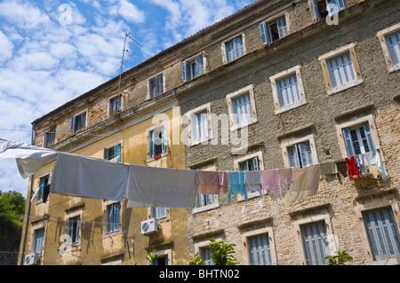 Waschenden Linien aufgereiht von lokalen Wohnungen in Korfu Altstadt auf der griechischen Insel Korfu Griechenland - Stockfoto