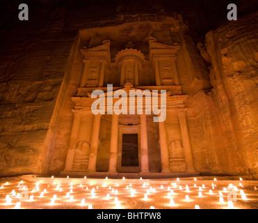 Die Schatzkammer oder Al Khaznah beleuchtet mit Kerzen für Petra bei Nacht in Wady Musa, Jordanien. - Stockfoto