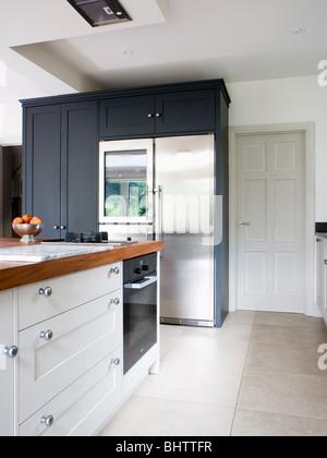 Großen Weißen Amerikanischen Kühlschrank In Modernen Weißen Küche