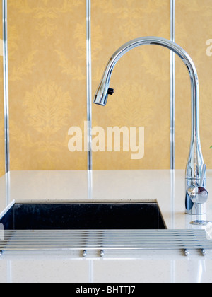 Nahaufnahme Von Chrom Mischbatterie Und Unter Set Waschbecken   Stockfoto