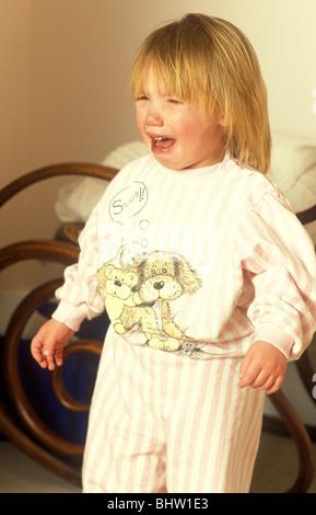 Kleinkind mit einem Wutanfall in einem Badezimmer - Stockfoto