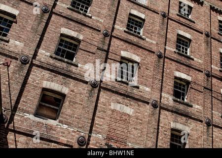 Ruinen von eine große industrielle Backsteingebäude mit zerbrochenen Fenstern etc.. Toller Hintergrund / Textur - Stockfoto