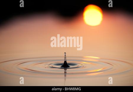 Wassertropfen und Wellen in einem Pool mit Wider sunrise Hintergrund. Indien - Stockfoto