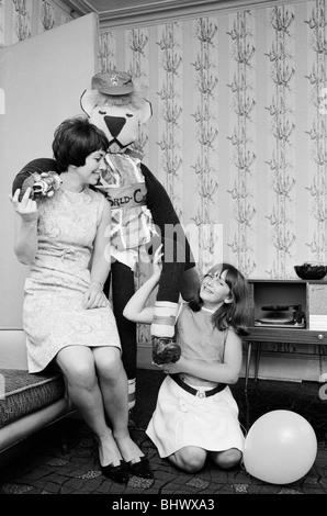1966-World-Cup-Turnier in England. Ein fünf Fuß Modell World Cup Willie, das offizielle Maskottchen der 1966, wurde - Stockfoto