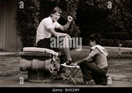 Welt Cup 1986 Englands Stürmer Gary Lineker bekommt seine Stiefel von einem jungen Jungen poliert. Mexiko - Stockfoto