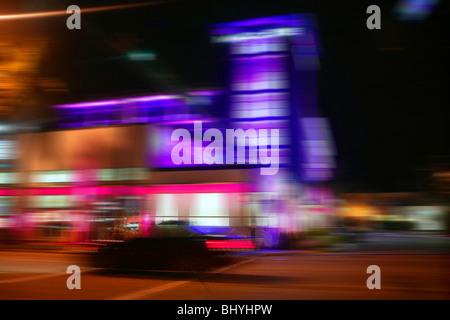 Verschwommene bunte Bewegung Nachtlichter in Miami Beach downton - Stockfoto