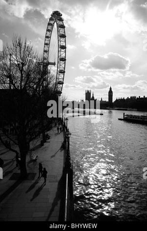 Blick auf die Themse, London Eye und die Houses of Parliament, Southbank, London, Großbritannien - Stockfoto