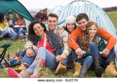 Glückliche Paare im Zelt camping und Outdoor-Festival besuchen - Stockfoto