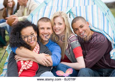 Glückliche Paare im Zelt camping - Stockfoto
