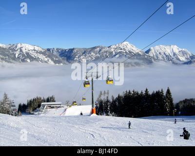 Skifahrer auf der Piste im Haus in Österreich mit der Gondelbahn - Stockfoto