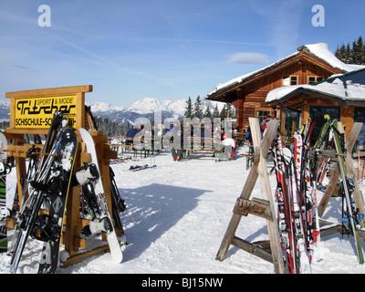 Skifahrer auf der Piste im Haus in Österreich vor dem restaurant - Stockfoto