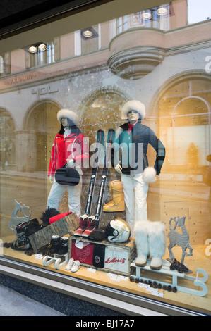 06cb1bb5f7afc9 Shop-Schaufenster in einem gehobenen Store im Zentrum Ferienortes, St.  Moritz Dorf,