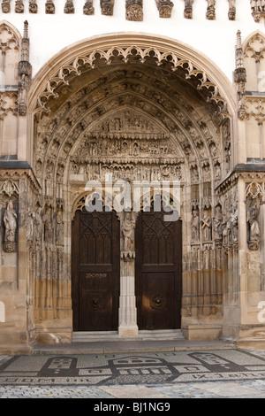 Eingang zur Kirche mit kunstvollen Skulptur im Dom Eingang Augsburg Bayern Deutschland - Stockfoto