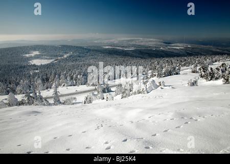 Blick vom Brocken Berg Gipfel auf der Suche nach Norden im Winter, Nationalpark Hochharz, Sachsen_Anhalt, Deutschland - Stockfoto