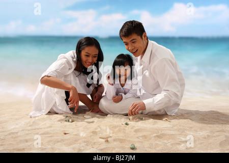 Porträt der Familie am Strand - Stockfoto