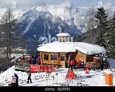 Skifahrer auf der Piste am Hauser Kaibling in Österreich in Richtung Schladming und die Planai Harrys Lärche restaurant - Stockfoto