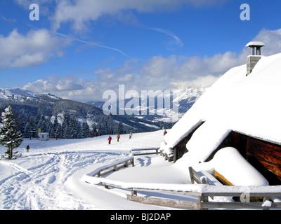 Skifahrer auf der Piste im Haus in Österreich in Richtung Schladming und die Planai - Stockfoto