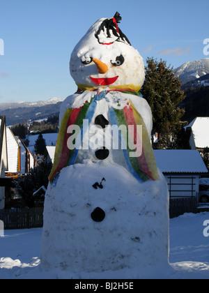 Riesiger Schneemann in der österreichischen Stadt von Haus Im Ennstal, Steirmark. - Stockfoto